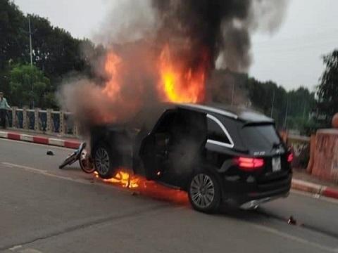 Toàn cảnh vụ xe Mercedes tông chết 1 người rồi cháy trơ khung