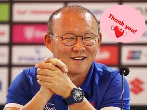 Thầy Park cười tít mắt khi nhận lời chúc 20/11 sau trận đấu với Thái Lan
