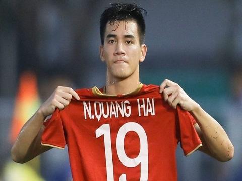 Tiến Linh giơ cao áo đấu của Quang Hải sau khi ghi bàn