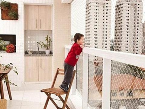 Thót tim với bé gái chạy chơi trên bờ tường chung cư tầng 5