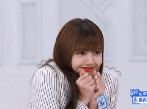 Fans phát cuồng vì độ dễ thương của Lisa khi được mời ăn óc heo