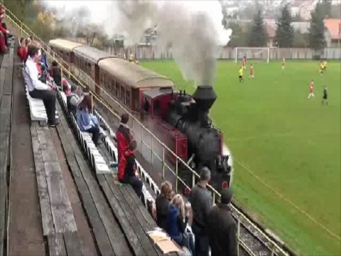Sân bóng kỳ lạ với… tàu hỏa chạy dọc đường biên!