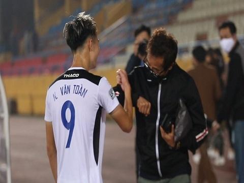 Những kiểu chào nhau trên sân bóng Việt giữa mùa dịch Covid-19