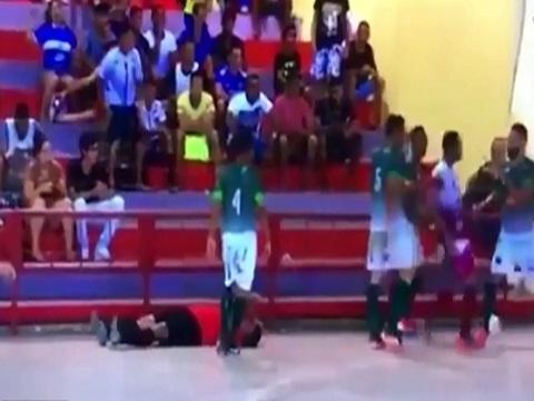 Phản đối bàn thắng, cầu thủ sút trọng tài nứt hộp sọ!