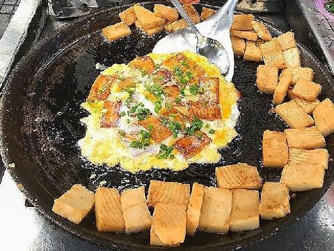 Ăn thử món bột chiên thơm giòn với trứng