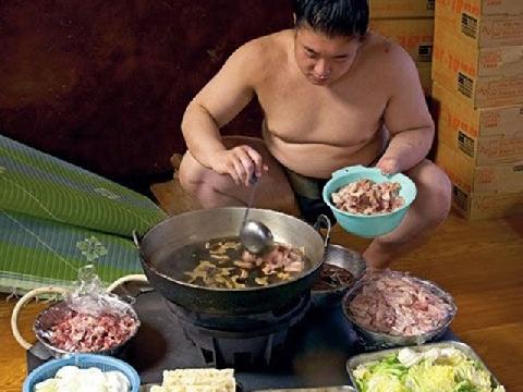 Võ sĩ sumo ăn nhiều như thế nào?
