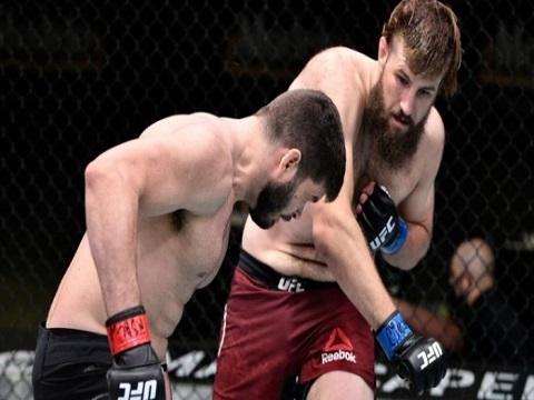 'Máy ủi' UFC tung 8 cú đấm liên tiếp khiến đối thủ bất tỉnh nhân sự