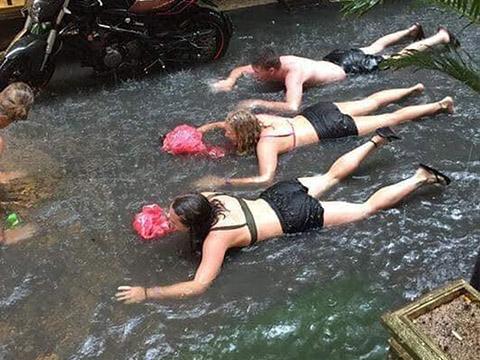 Hài hước: Bơi qua đường ngập nước vì sợ muộn làm