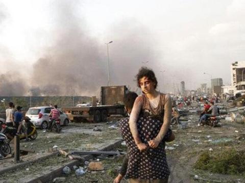 Vụ nổ ở Beirut hất văng nữ MC khi đang phỏng vấn