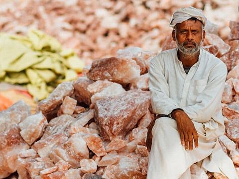 Vì sao muối hồng Himalaya đắt gấp 20 lần muối tinh?