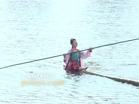 Biệt tài ''múa trên mặt nước'' của gái xinh gây sốt