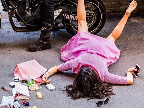 Cô gái ''ngã sấp mặt'' vì mải chơi điện thoại