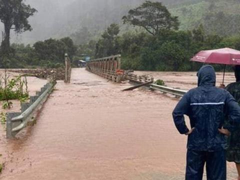 Kinh hoàng cầu sắt ở Kon Tum bị lũ cuốn trôi trong bão số 9