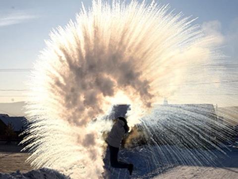 Nước sôi đóng băng trong tích tắc giữa trời -44 độ C