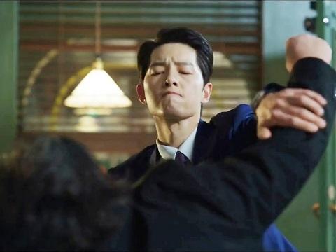 """Mãn nhãn xem Song Joong Ki """"xử đẹp"""" đám côn đồ"""